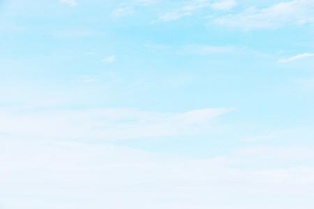 Photo pour Fantastic soft white clouds against blue sky. - image libre de droit