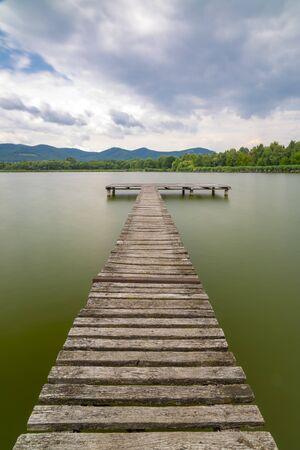 Photo pour Pier on the pond Jenoi-to, Hungary - image libre de droit