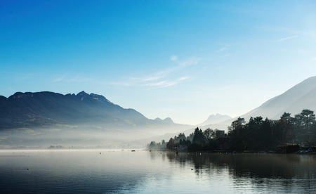 Photo pour Lake Annecy in France in autumn at sunset - image libre de droit