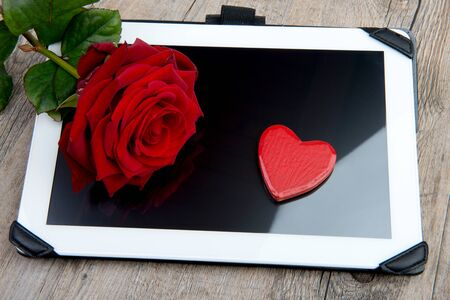 Photo pour digital tablet with a rose and heart for valentine day - image libre de droit