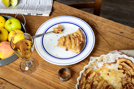 Photo pour apple pie on a table with apples and glass of cider - image libre de droit