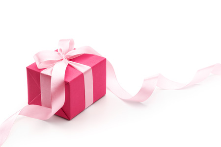 Photo pour Pink gift box with ribbon isolated on white background - image libre de droit