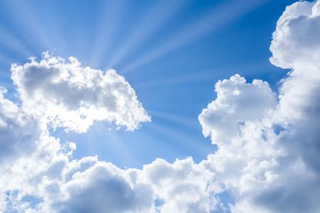 Photo pour sun rays breaking through the clouds - image libre de droit