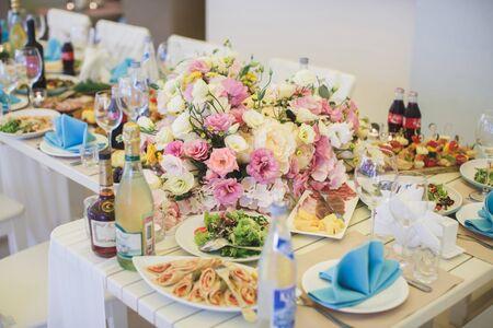 Photo pour Beautiful floral arrangement at the wedding table - image libre de droit