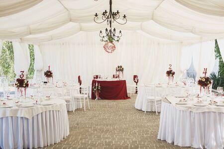 Photo pour Beautiful Banquet hall under a tent for a wedding reception - image libre de droit