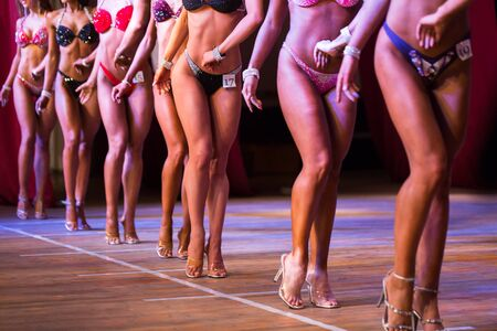 Photo pour Side view of beautiful girls in bikini bottom to compete in a fitness bikini. - image libre de droit