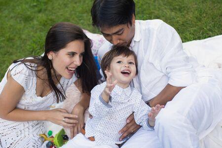 Photo pour Family picnic in the Park on the green grass. - image libre de droit