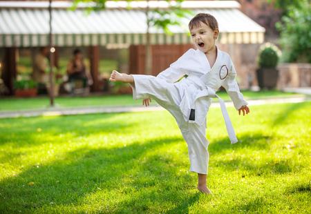 Foto de Preschool boy practicing karate outdoors - Imagen libre de derechos