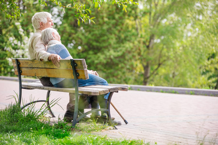 Foto de Elderly couple resting at the park - Imagen libre de derechos