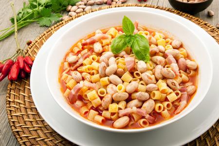 Foto de original italian pasta with beans - Imagen libre de derechos
