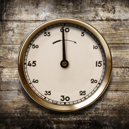 Foto de a vintage watch on a wooden background - Imagen libre de derechos