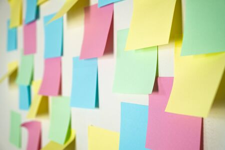 Photo pour Sticky paper notes on a planning board. Planning, brainstorm, diversity or fresh ideas concept - pattern of empty multicolored paper notes - image libre de droit