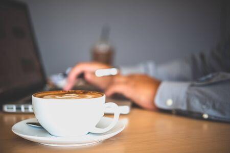 Photo pour Coffee mug placed on the desk - image libre de droit