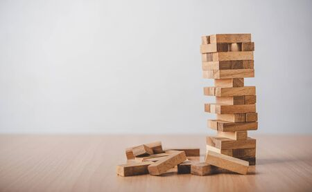 Photo pour game drew to a wooden block from the tower.concept  business risks in the business. Requires planning meditation must be careful in deciding to reduce the risk in the business.  - image libre de droit