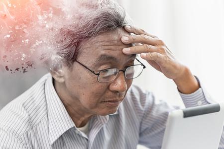 Photo pour Asian elder lost memory from dementia or alzheimer disease concept - image libre de droit