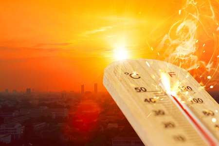 Foto de summer hot weather season high temperature thermometer with city view. - Imagen libre de derechos
