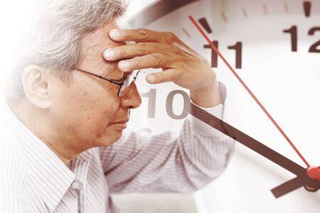 Photo pour elder man time losing his memory from amnesia.  Brain Stroke death clock countdown concept. - image libre de droit