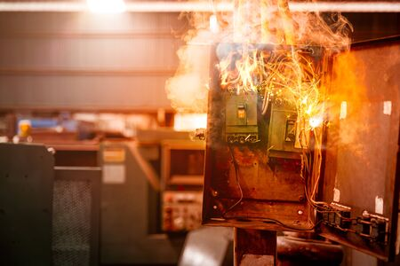 Photo pour Electricity breaker overload short circuit, Old grunge messy fuse box fire burn over heat. - image libre de droit