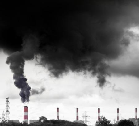 Photo pour high pollution from coal power plant - image libre de droit