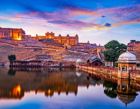 Photo pour Amber Fort and Maota Lake at sunset.  Jaipur, Rajasthan, India, Asia - image libre de droit
