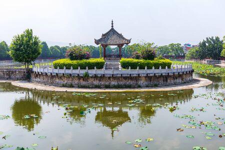 Photo pour Lotus pool at Jianshui Temple of Confucius, China - image libre de droit