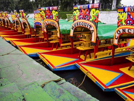 Photo pour Row of traditional, colorful boats in Xochimilco, Mexico City - image libre de droit