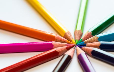 Foto de different colored pencils close-up lying on a circle - Imagen libre de derechos