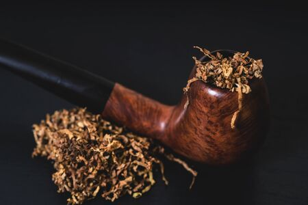 Photo pour smoking pipe with tobacco on a black background - image libre de droit