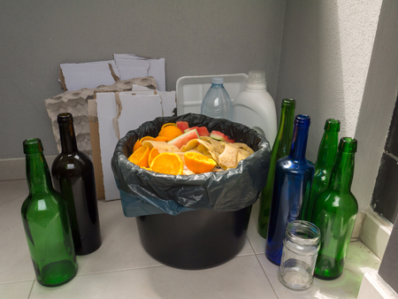 Photo pour Separate garbage collection. Paper, plastic, glass and organic garbage. - image libre de droit