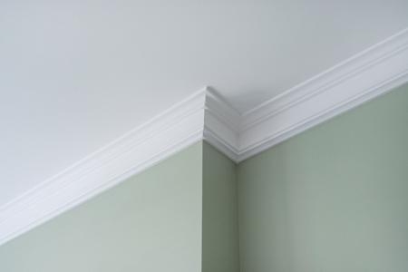 Photo pour Ceiling moldings in the interior, a detail of intricate corner. - image libre de droit