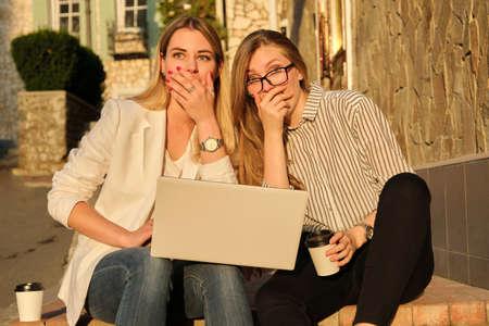 Photo pour Surprised emotional two young women girlfriends outdoor - image libre de droit