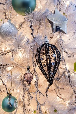 Photo pour Detail of a Christmas tree, decorations and lights. - image libre de droit