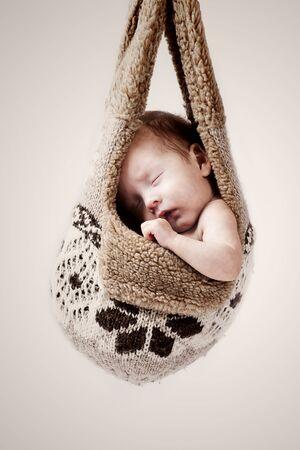 Photo pour little baby hanging in the winter hat - image libre de droit