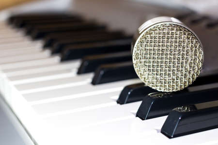 Photo pour Silver microphone on the keyboard synthesizer - image libre de droit