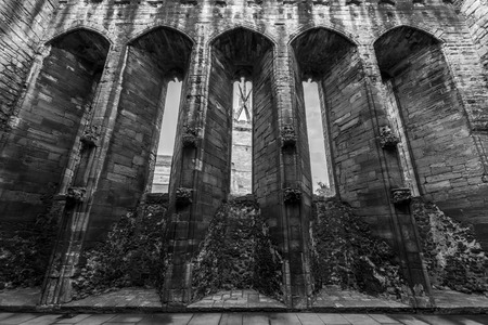Foto per Linlithgow Palace, scottish castle, tall windows in black and white - Immagine Royalty Free