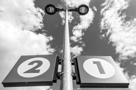 Foto per Platforms 1 and 2 at the train station - Immagine Royalty Free