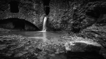 Foto per Black and white small waterfall at the abandoned mill in the forest. - Immagine Royalty Free