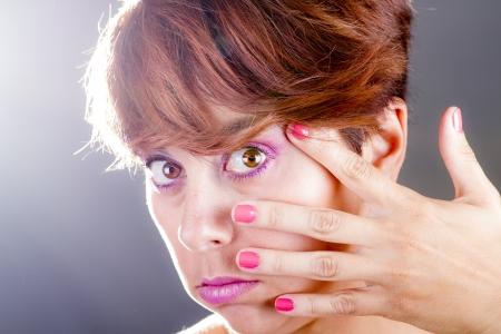 Retrato de una mujer joven con la mano en la cara