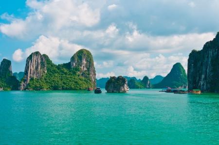Photo pour Rock islands in Halong Bay, Vietnam, Southeast Asia - image libre de droit