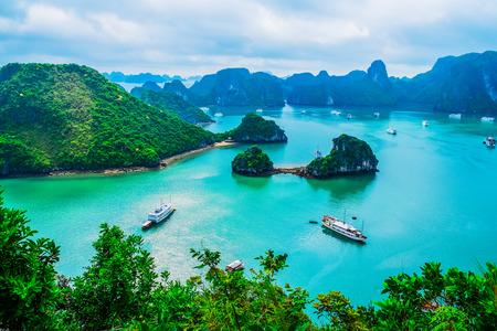 Photo pour Scenic view of islands in Halong Bay, Vietnam, Southeast Asia - image libre de droit