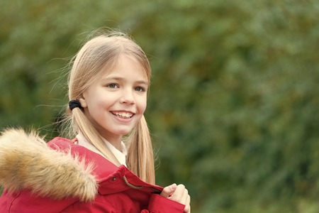 Foto de Small girl smile on natural background. Happy child, childhood concept. Fashion, style, lifestyle. Beauty, look, hairstyle, copy space autumn and spring - Imagen libre de derechos