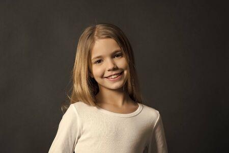 Photo pour Portrait of young girl - image libre de droit