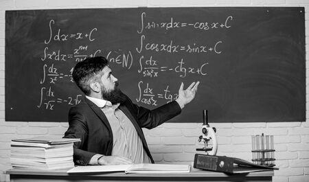 Foto de Teaching and education. University teacher use teaching aids. Bearded man teaching chemistry in school. Pedagogical techniques and teaching methods - Imagen libre de derechos