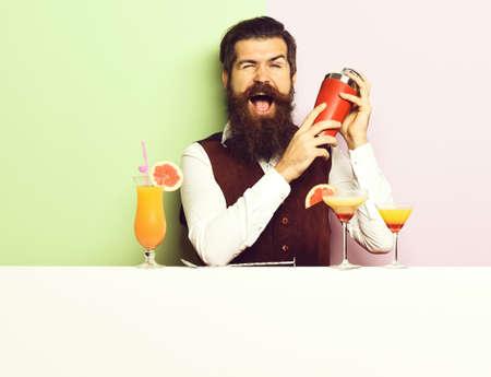 Photo pour smiling handsome bearded barman - image libre de droit