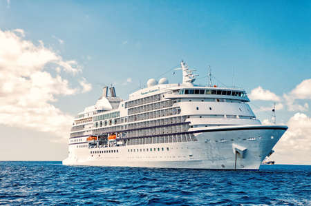 Photo pour Big luxury cruise ship or liner - image libre de droit