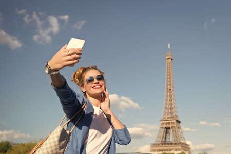 Photo pour girl making selfie front of Eiffel Tower in Paris, France. - image libre de droit