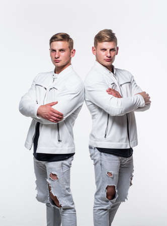 Photo pour twin brothers men in white casual clothes look alike, male fashion - image libre de droit