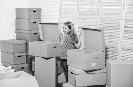 Photo pour happy little girl. Cardboard boxes - moving to new house. Moving concept. new apartment. purchase of new habitation. happy child cardboard box. Unbeatable Location - image libre de droit