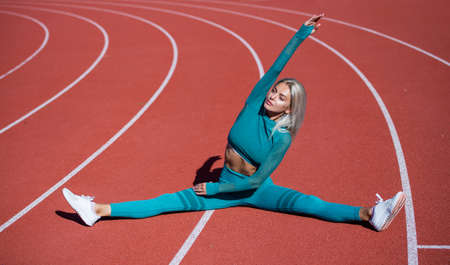 Photo pour stretching. energetic woman warming up. sporty girl in sportswear do splits. sport and fitness. - image libre de droit