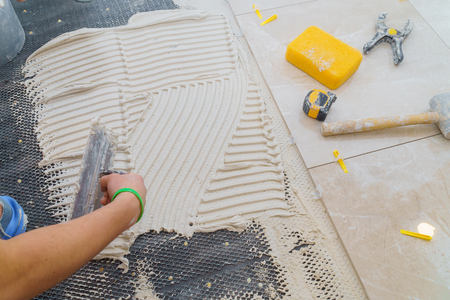 Photo pour Floor tiles installation. Ceramic tiles and tools for home improvement, renovation - image libre de droit